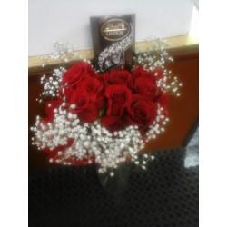 Docena de rosas y caja de bombones